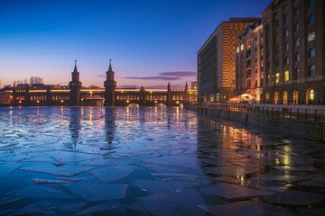 Berlin Oberbaumbrücke Mediaspree im Winter von Jean Claude Castor