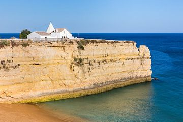 Witte kerk op rots aan zee van Portugal van Ben Schonewille