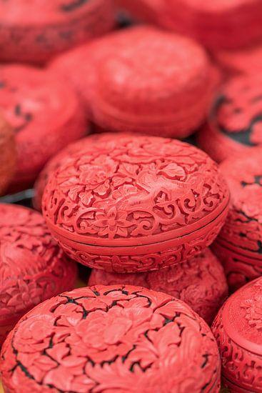 Chinese gegraveerde eivormige rode dozen op een markt