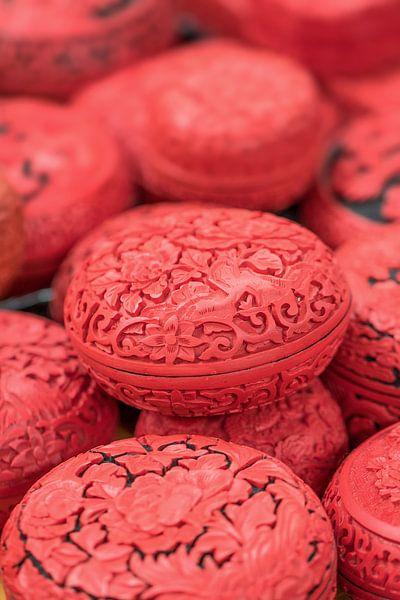 Chinese gegraveerde eivormige rode dozen op een markt van Tony Vingerhoets