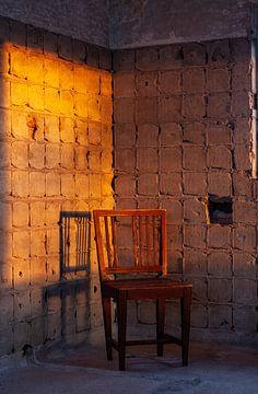Antieke stoel in de ochtendzon van Dick Doorduin