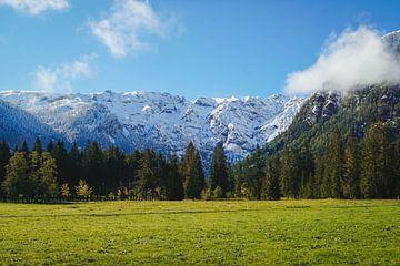 Schneebedeckte Berge und blauer Himmel am Achensee in Tirol von S Amelie Walter