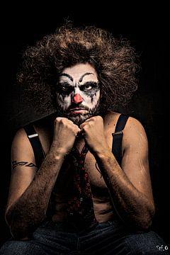 Streng kijkende clown