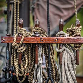 Scheepstouw  op een  nagelbank van een zeilschip gegroepeerd van Harrie Muis