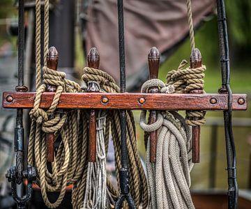 Corde de bateau groupée sur un banc de clous d'un voilier sur Harrie Muis