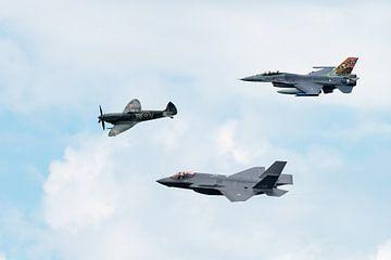 Historische vlucht met Spitfire, F-16 en F-35. van Wim Stolwerk