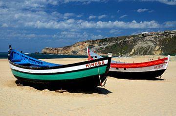 Vissersbooten in Nazare van Iris Heuer