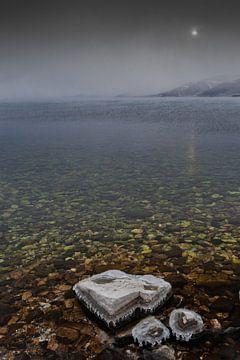 Kalte Sonne über dem eiskalten klaren Wasser von Michael Semenov