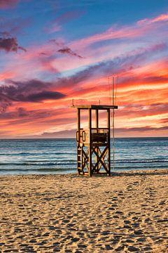 Reddingstoren op het strand van Mallorca bij Sa Coma van PhotoArt Thomas Klee