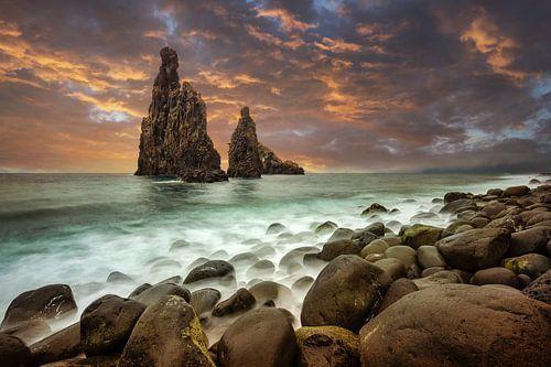 Kust van Madeira tijdens zonsondergang van