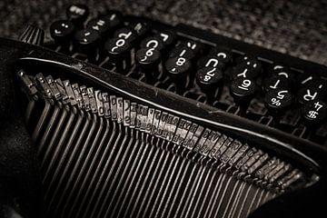 Alte schwarze Schreibmaschine von Michel Heerkens