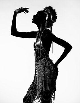 Frau in Metallkleid