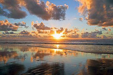Gouden zonsondergang aan de Noordzee kust in Nederland van Nisangha Masselink