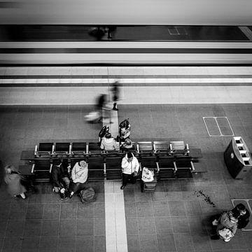 Der Zug eilt vorbei, Hauptbahnhof, Berlin, Deutschland von Bertil van Beek