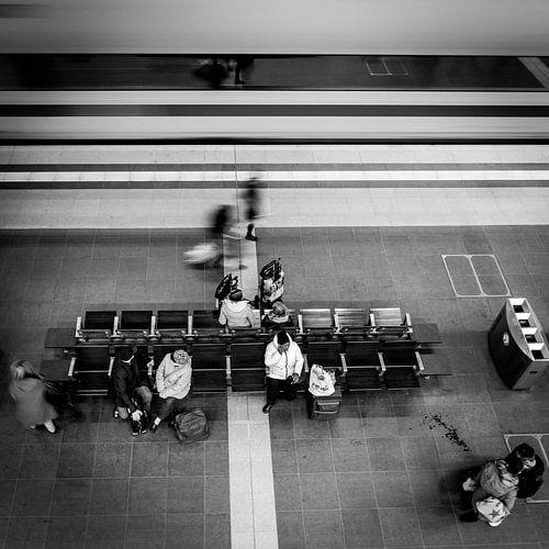 Trein raast voorbij, Centraal Station, Berlijn, Duitsland van Bertil van Beek