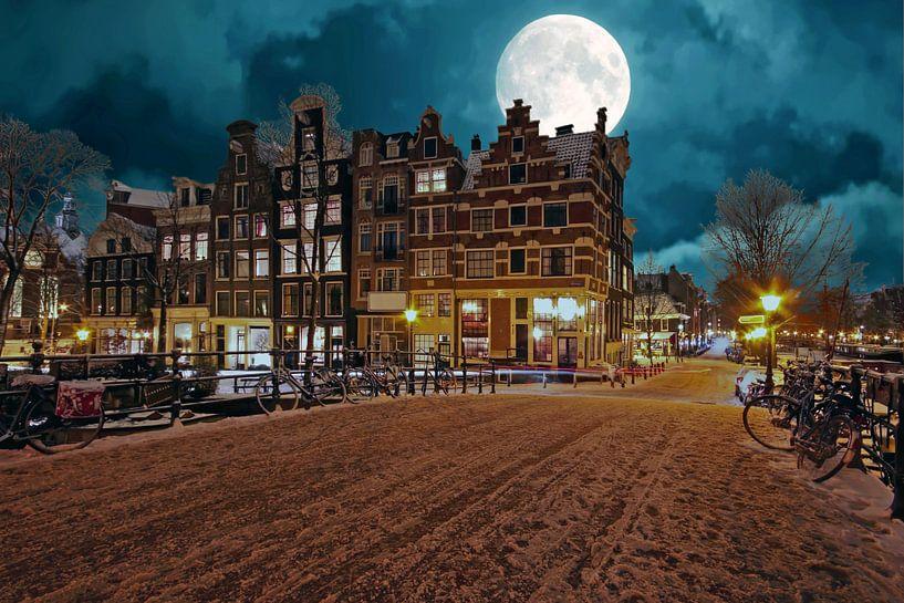 Besneeuwd Amsterdam bij volle maan in Nederland van Nisangha Masselink