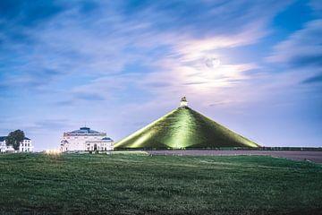 Traumhafte Landschaft mit dem vollen Supermond über dem Löwen von Waterloo. von Daan Duvillier