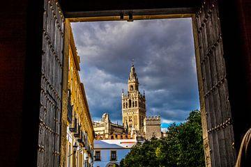 Durchblick auf den Giralda-Turm in Sevilla von Lizanne van Spanje
