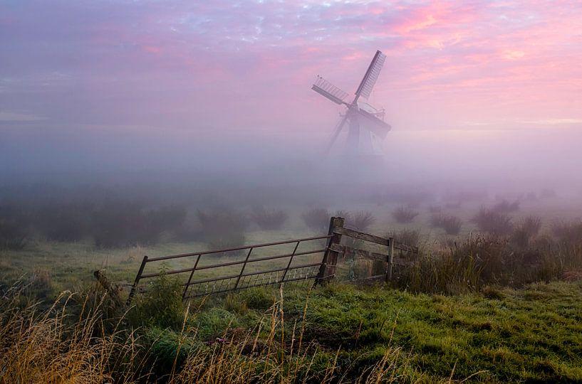 Nederlandse Molen in de mist van Peter Bolman