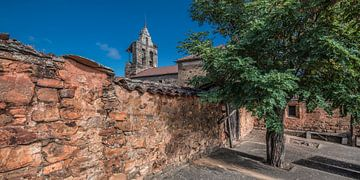 Muur en kerk in het Spaanse dorpje Castro Contrigo van Harrie Muis