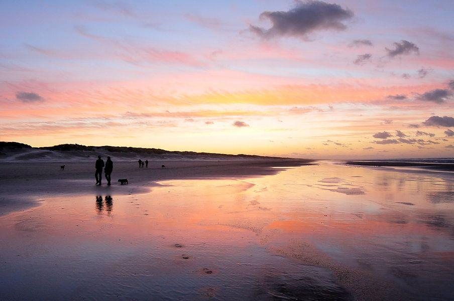 Wandeling op het strand van Ameland bij zonsondergang van Gonnie van de Schans