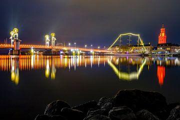 Stadsbrug en nieuwe toren in Kampen verlicht in oranje van Sjoerd van der Wal