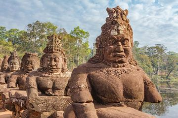 Pont avec des statues de dieux et de démons à la porte sud d'Angkor Thom à Angkor, province de Siem  sur WorldWidePhotoWeb