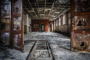 Vervallen pand met mooie houten deuren von Steven Dijkshoorn