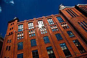 De rode bakstenen gebouw
