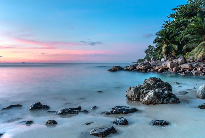 Sonnenuntergang am tropischen Strand der Seychellen von Krijn van der Giessen