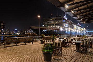 Cruiseterminal Rotterdam in de nacht van Patrick Löbler