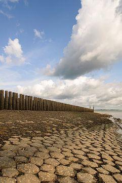 Strandhoofd met stapelwolken van Edwin van Amstel