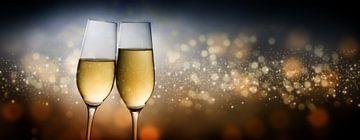 Frohes Neues Jahr 2020, zwei Champagnerglasflöten toasten vor dunklem Hintergrund mit verschwommenem von Maren Winter