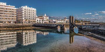 De historische brug van Arrecife, de hoofdstad van Lanzarote. van Harrie Muis