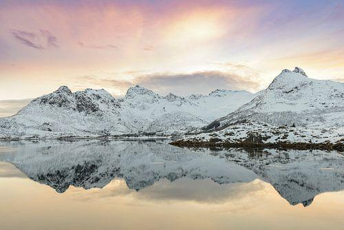 Zonsondergang over een kalm meer in de Lofoten in Noorwegen in de winter