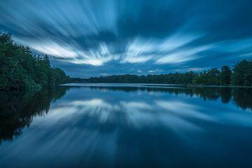 Wolken spiegeln sich bei Sonnenaufgang von Marcel Kerdijk