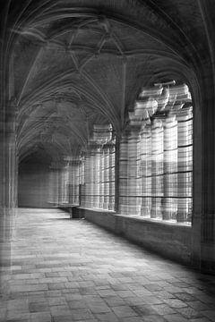 Verlaten kloostergang met bewuste camera beweging van Jaco Verheul