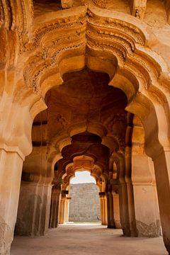Hindoe tempel met bogen in Hampi - India van Freya Broos