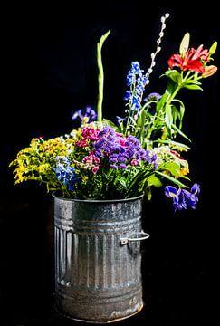 Blumenstrauß und Eimer aus Metall von Atelier Liesjes
