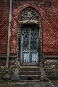 Een coole ghotische deur van een verlaten gebouw van Melvin Meijer