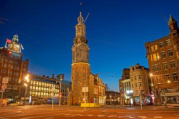 Der Münzenturm in Amsterdam bei Sonnenuntergang in den Niederlanden von Nisangha Masselink