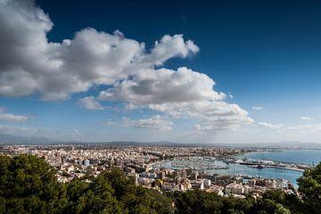 Overzicht op Palma de Mallorca van Keesnan Dogger Fotografie