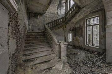 Trappenhal in vervallen ruïne van Kristel van de Laar