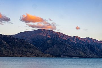 Zonsondergang tegen berg van Jurgen Buijsse