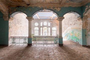 Verlassenes Treppenhaus in Beelitz. von Roman Robroek