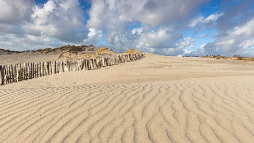 Prachtige Hollandse wolkenlucht in Westduinpark Den Haag van Rob Kints