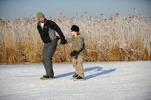 Schaatsende vader en zoon op de Nieuwkoopse Plassen