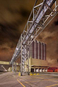 Nacht scène met petrochemische industrie tegen een bewolkte hemel van Tony Vingerhoets