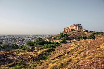 Mehrangarh fort in Jodhpur Rajasthan met uitzicht op de stad Jodhpur scape. van Tjeerd Kruse