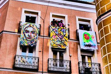 Madrid - kunst aan balkon van Wout van den Berg